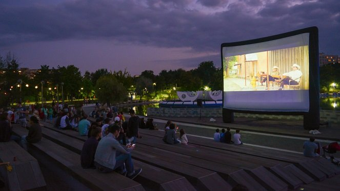 Outdoor-Cinema Planning a Summer Party? Impress Your Guests With These Smart Home Automation Tips
